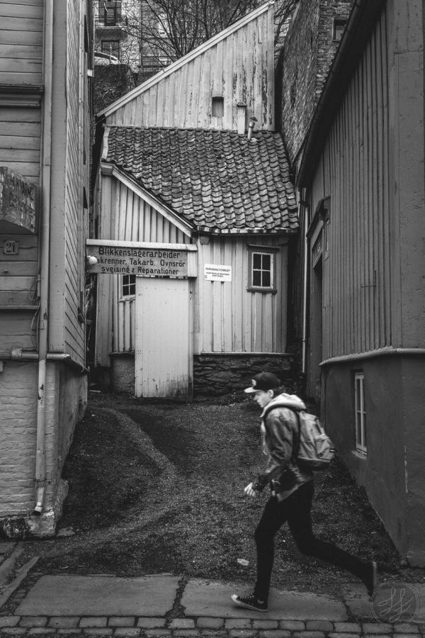 Trondheim Nedre Bakklandet 21 H Kvarme Blikkenslager loper running ungdom youth gammel old hus house fascinerende fascinating stress